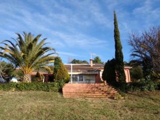 Finca rústica de 1,5 hectáreas en la zona de El Raso. A 6 kilómetros de Candeleda. CASA en una sola planta de 100 m2 aprox. 3 dormitorios, salón-cocina con chimenea, baño completo. Aire acondicionado
