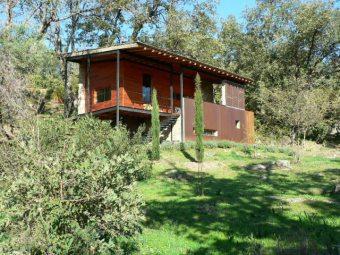 Bonita FINCA RÚSTICA con una superficie de 3,3 hectáreas, con CASA seminueva con amplio porche, construido en PIEDRA Y MADERA.  Situada en ladera sur de la Sierra de Gredos a 2 Km. de Poyales del Hoyo